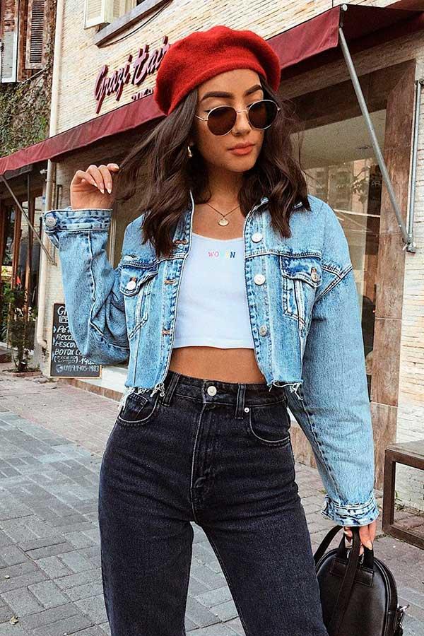 cropped, boina, calça preta e jaqueta jeans cropped