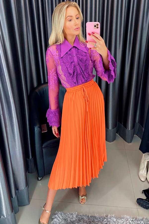 peças coloridas, camisa violeta, saia midi plissada laranja