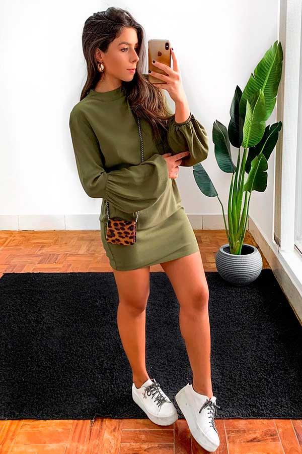 vestido verde militar e tênis plataforma