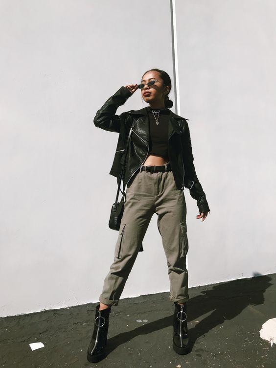 jaqueta de couro, cropped, calça cargo