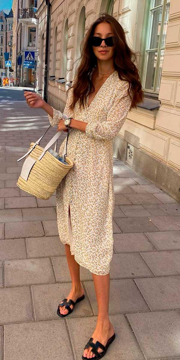 vestido midi e bolsa de palha