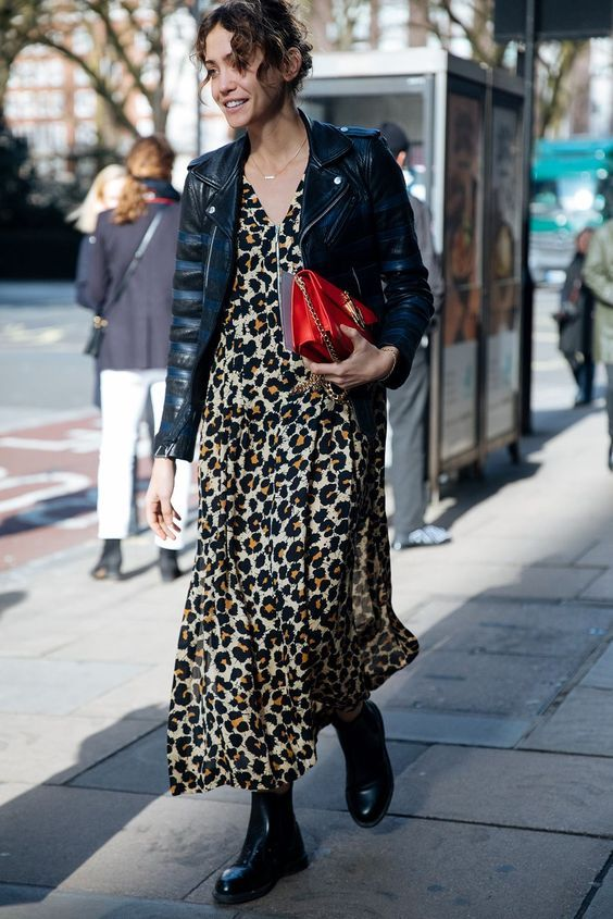 jaqueta de couro e coturnovestido midi floral