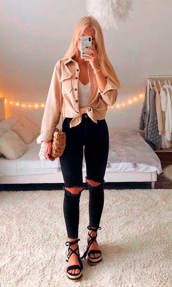 camisa com nozinho e calça skinny preta