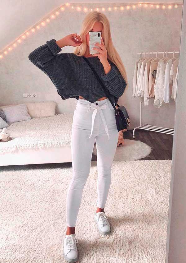 Lisa Rossi suéter cinza cropped e calça branca clochard