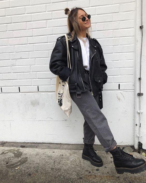 jaqueta de couro e coturno, blusa branca e calça jeans cinza