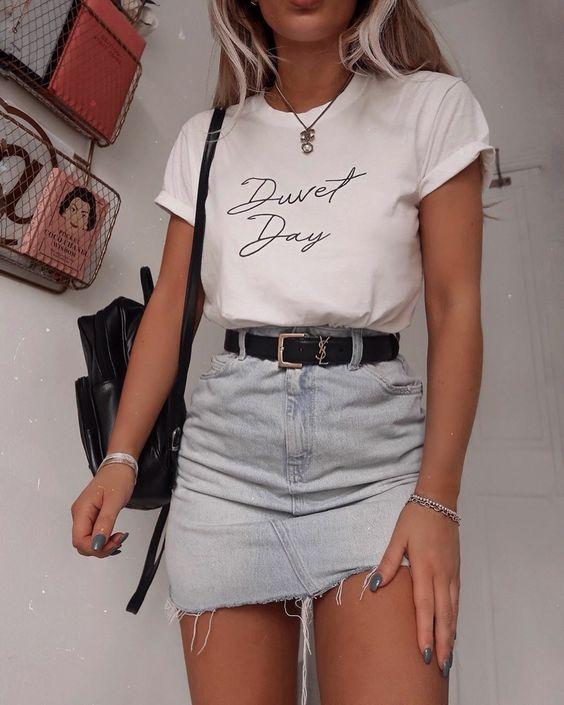 slogan t-shirt branca e minissaia jeans