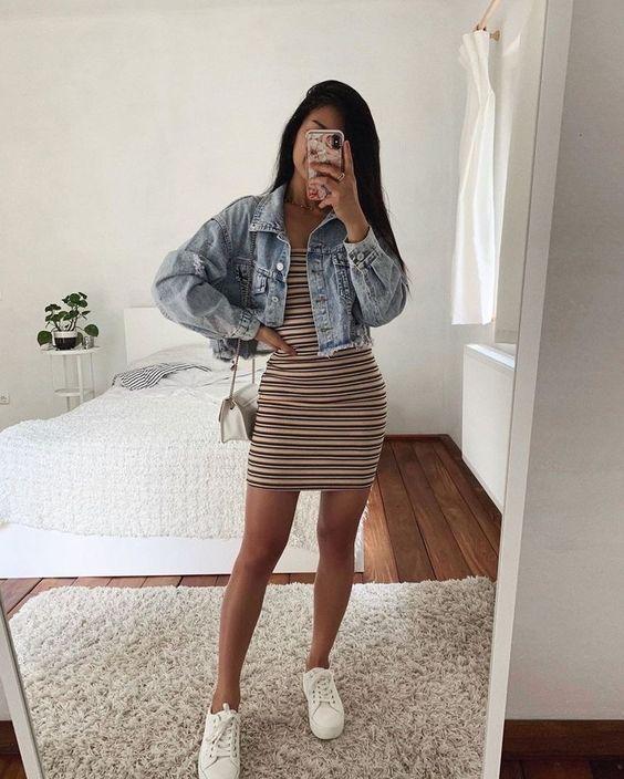 vestido listrado, jaqueta jeans cropped, tênis branco