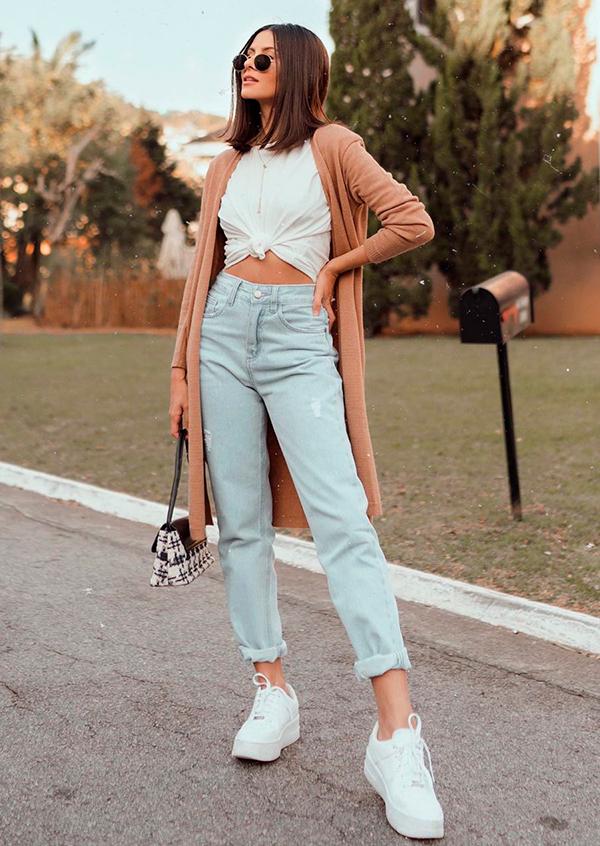 looks práticos, t-shirt branca com nozinho e mom jeans
