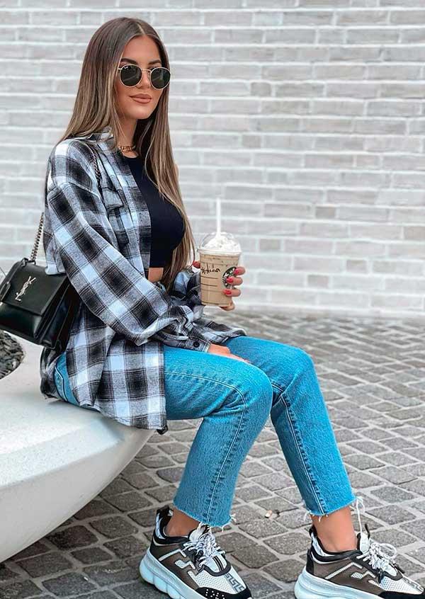 camisa xadrez, mom jeans e tênis esportivo