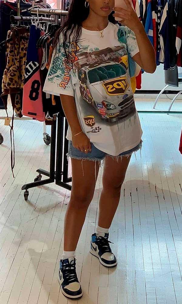 race car t-shirt oversized, bermuda jeans e tênis nike jordan