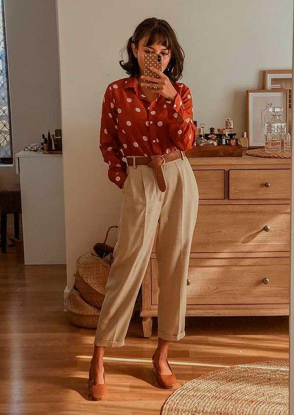 calça caqui, camisa vermelha e sapatilha