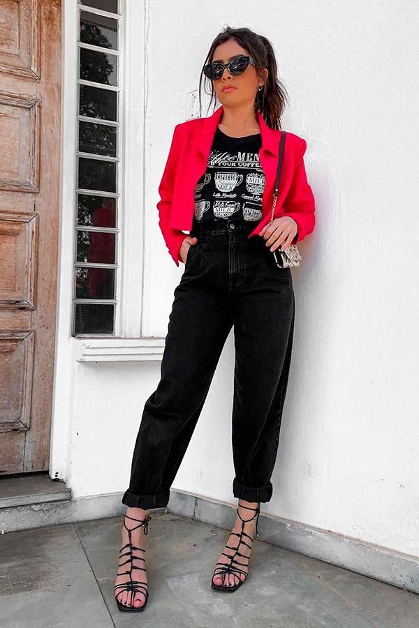 blazer cropped vermelho, blusa estampada e calça preta