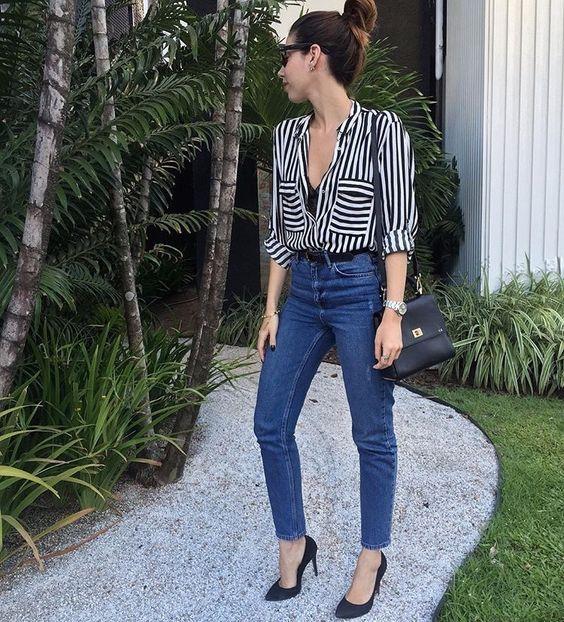 camisa listrada preta e branca calça jeans e scarpin