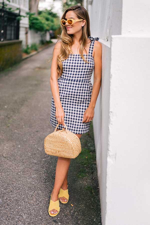 vestido xadrez vichy, bolsa de palha
