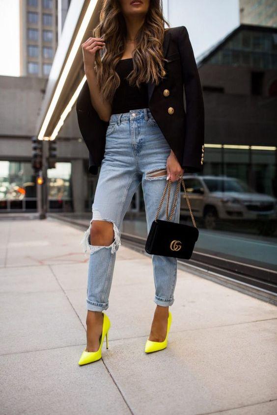 regata preta, blazer preto calça jeans e scarpin amarelo, jeans destroyed