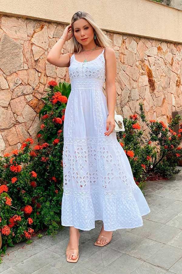 vestido longo de renda e sandália com tiras de plástico