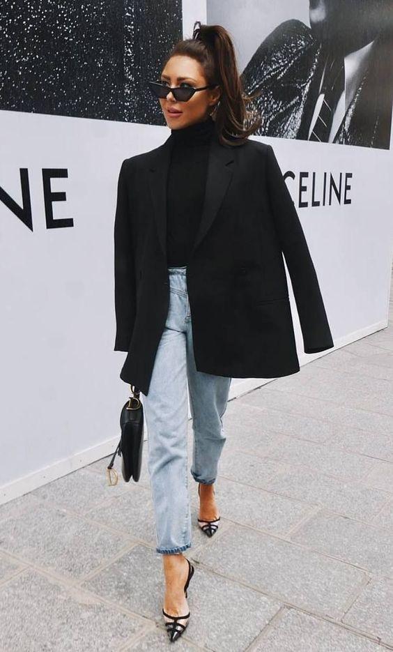 blusa de gola alta, blazer preto calça jeans sapato de salto