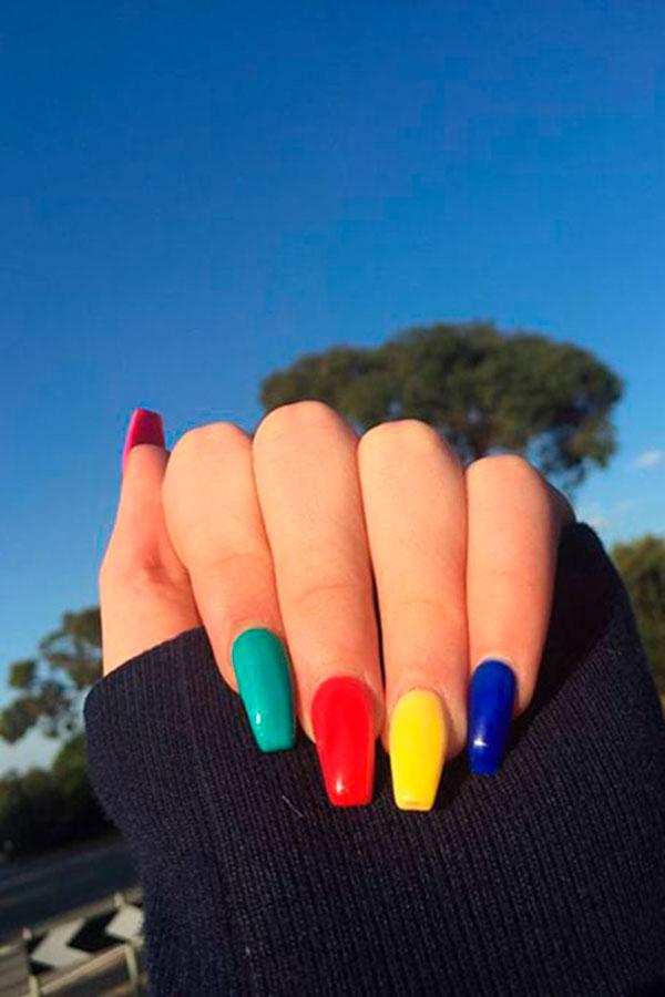 unhas multicoloridas acrílico