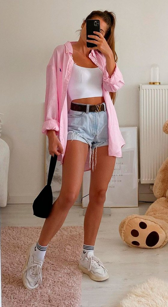 tons claros, camisa rosa, cropped e short jeans