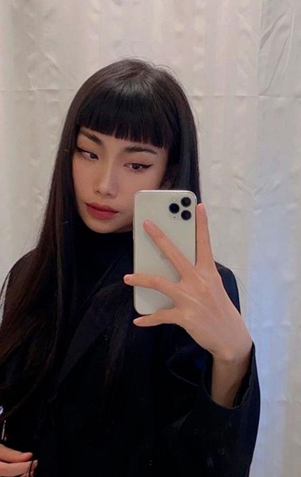 cabelo preto liso com franjinha curta