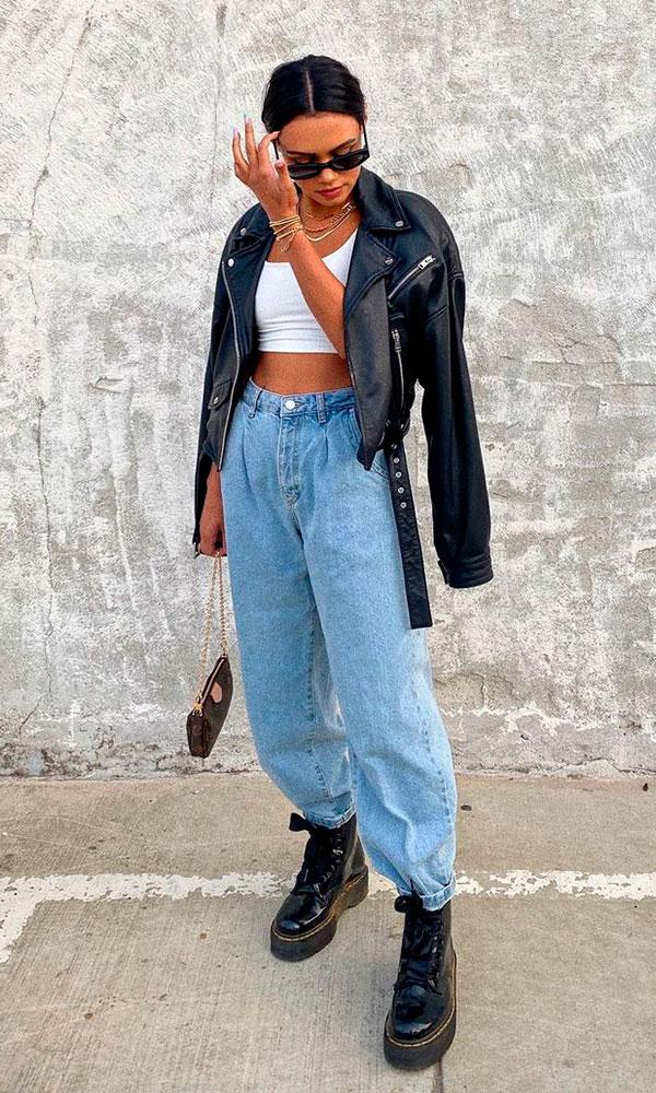calça slouchy jeans, cropped branco e jaquete de couro