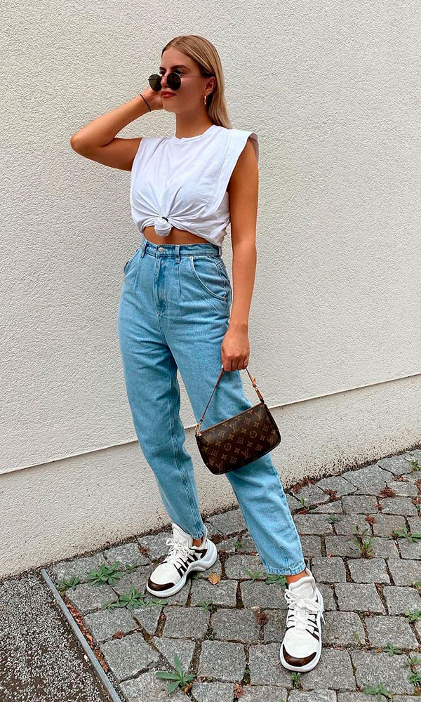 calça slouchy jeans e muscle tee com nozinho na cintura