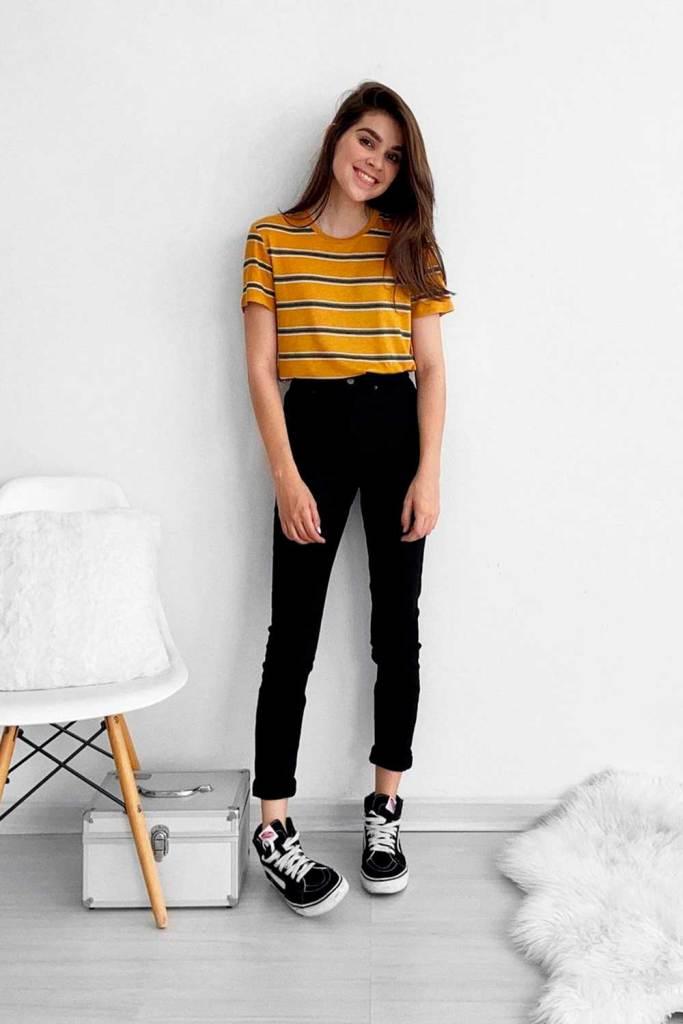 t-shirt colorida amarela listrada, calça preta e vans preto