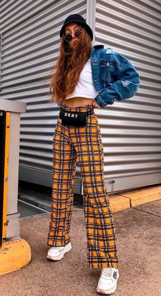 cropped branco, jaqueta jeans cropped e calça xadrez amarela