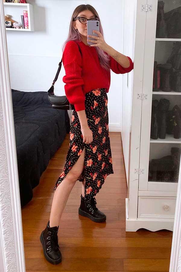 Look para dias chuvosos, suéter vermelho, saia midi floral e coturno