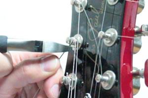 あまった弦はニッパーでカット
