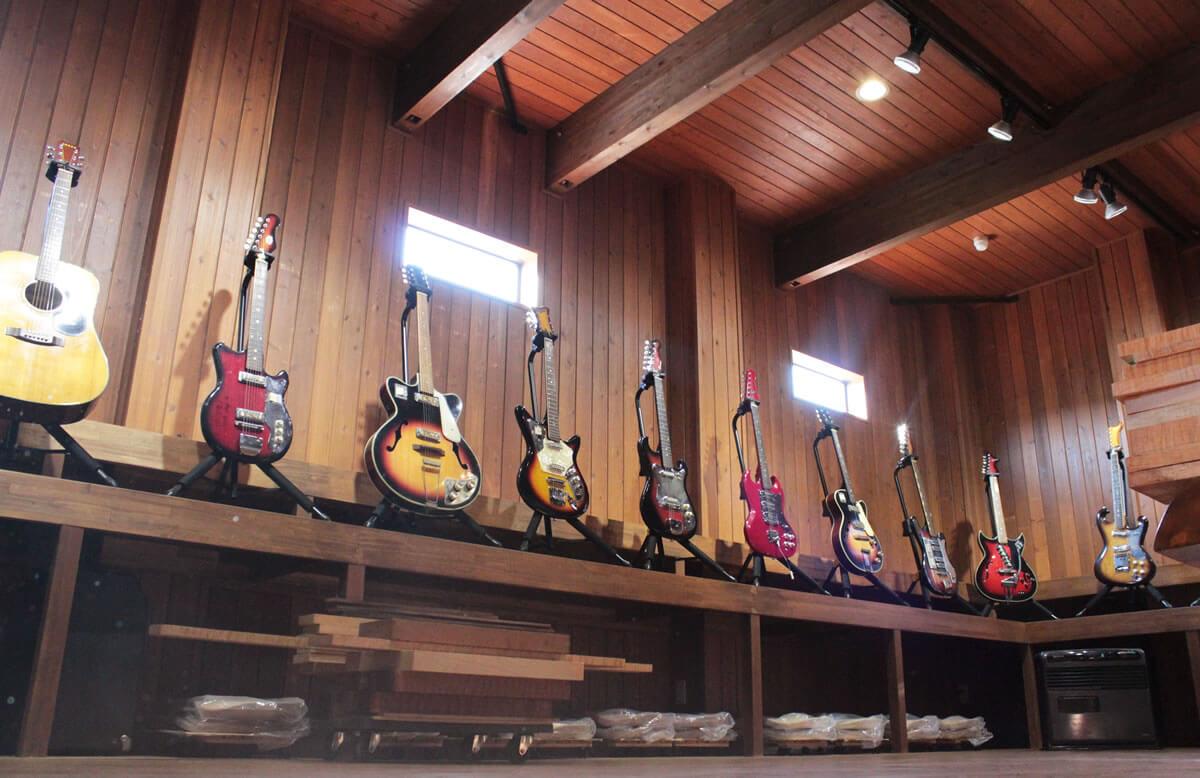 ファクトリーハウスに並べられたギター達