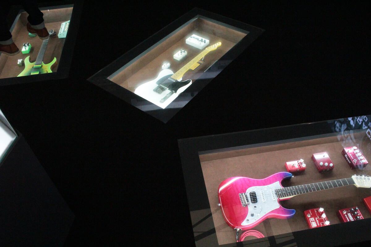 床に埋められたギター