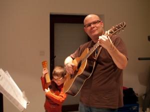 Alex (ukulele), Papa (guitare)