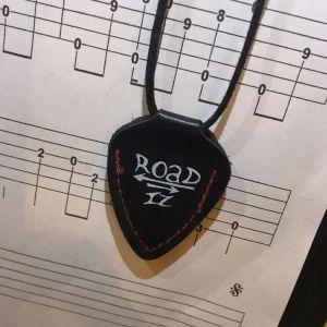 Road-IZ : porte médiator en cuir