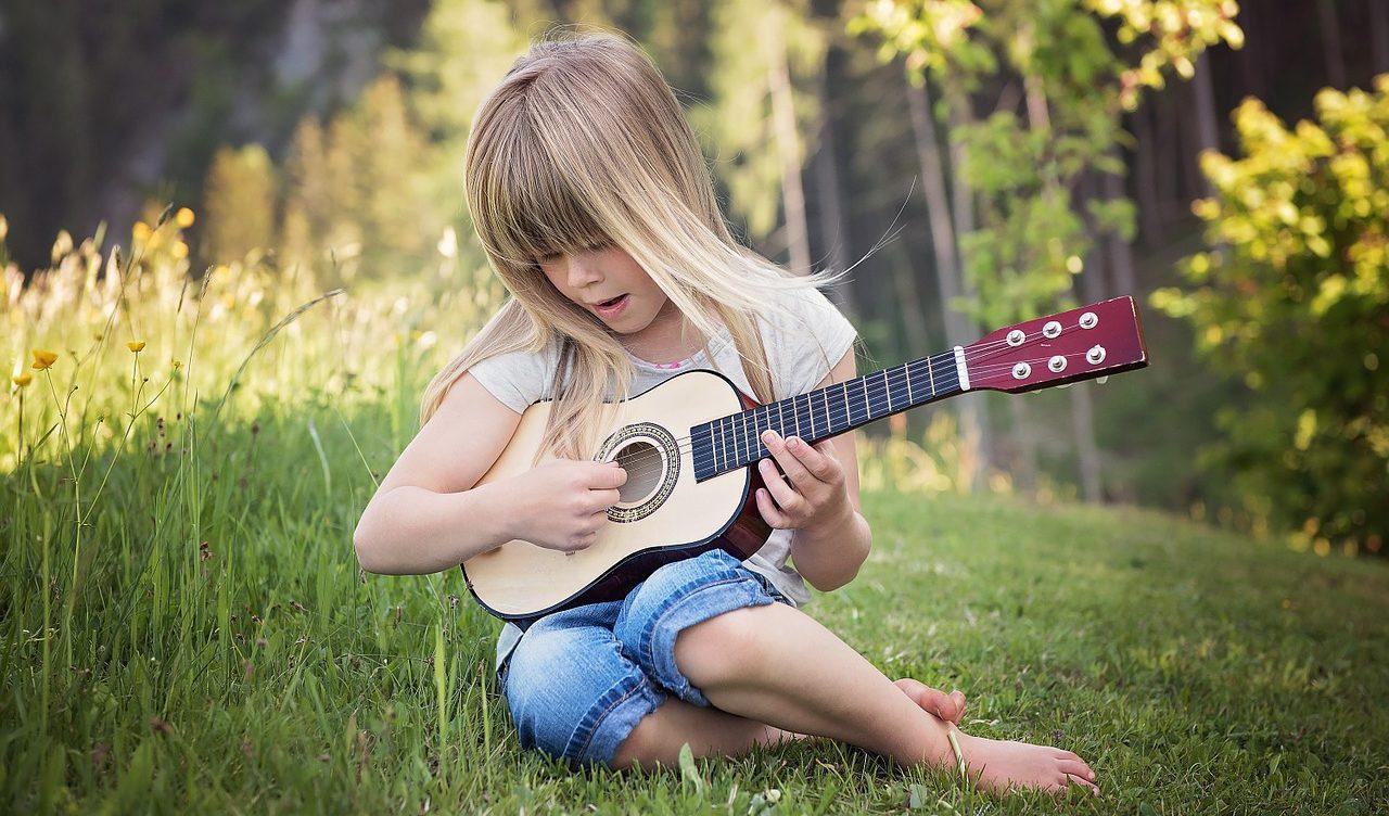 アコギを弾く少女