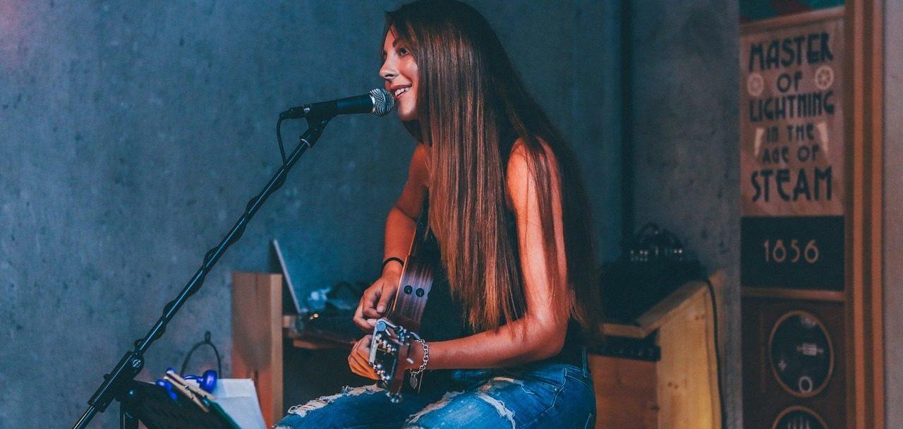 アコギ女子のシンガーソングライター