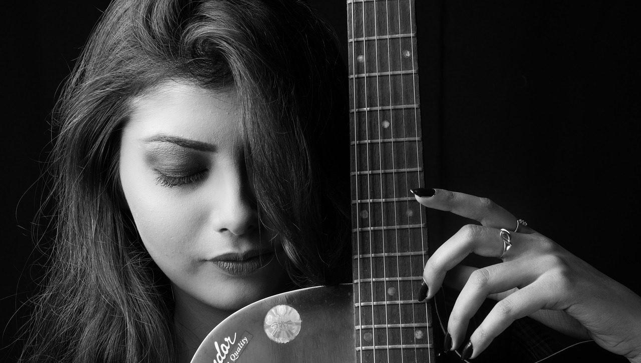 クラシックギターを弾く女性