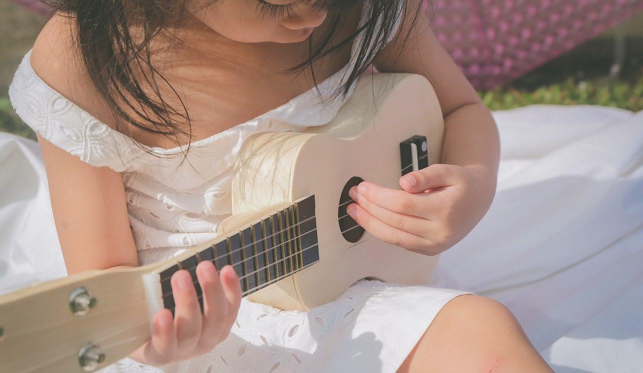 ギターを始めたばかりの女の子