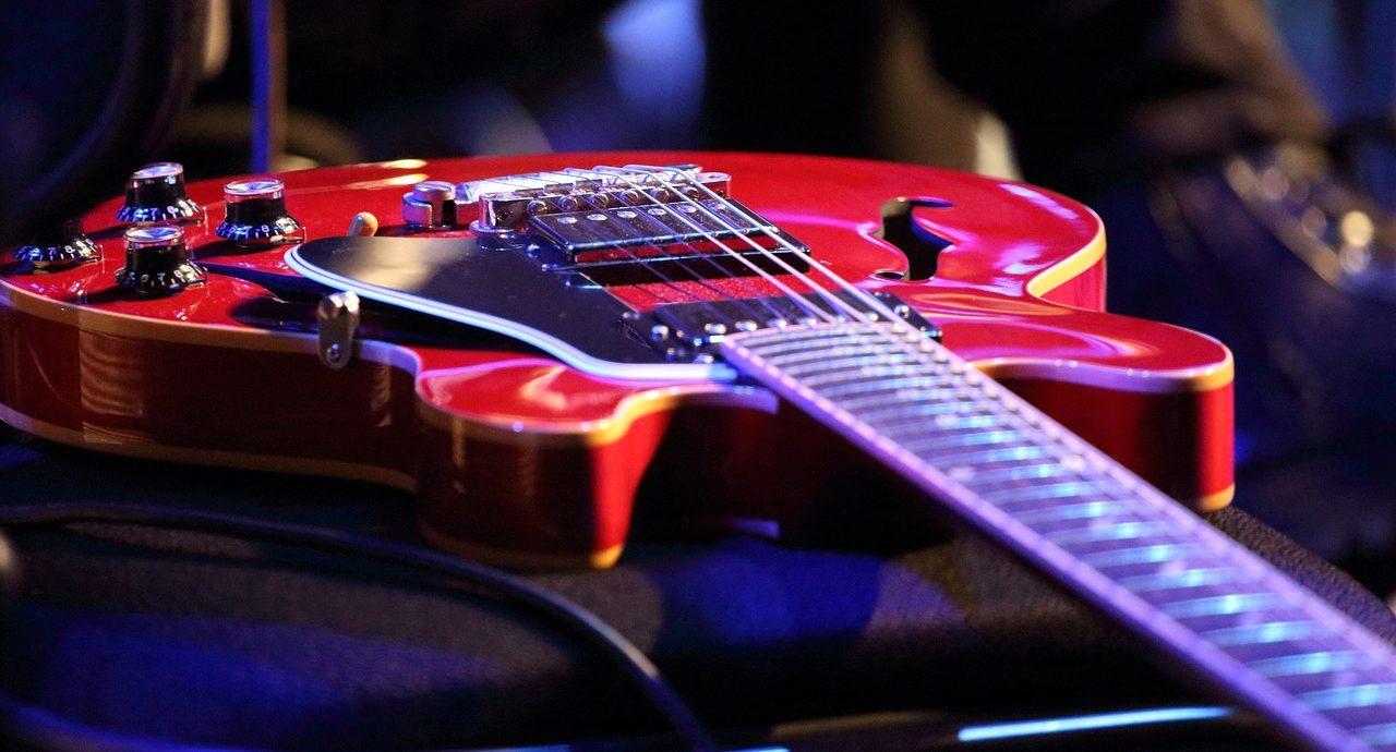 チャーチモードでアドリブをするギター