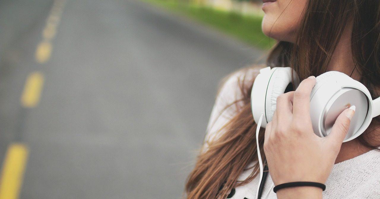 マイナーコード進行の楽曲を聴く女性