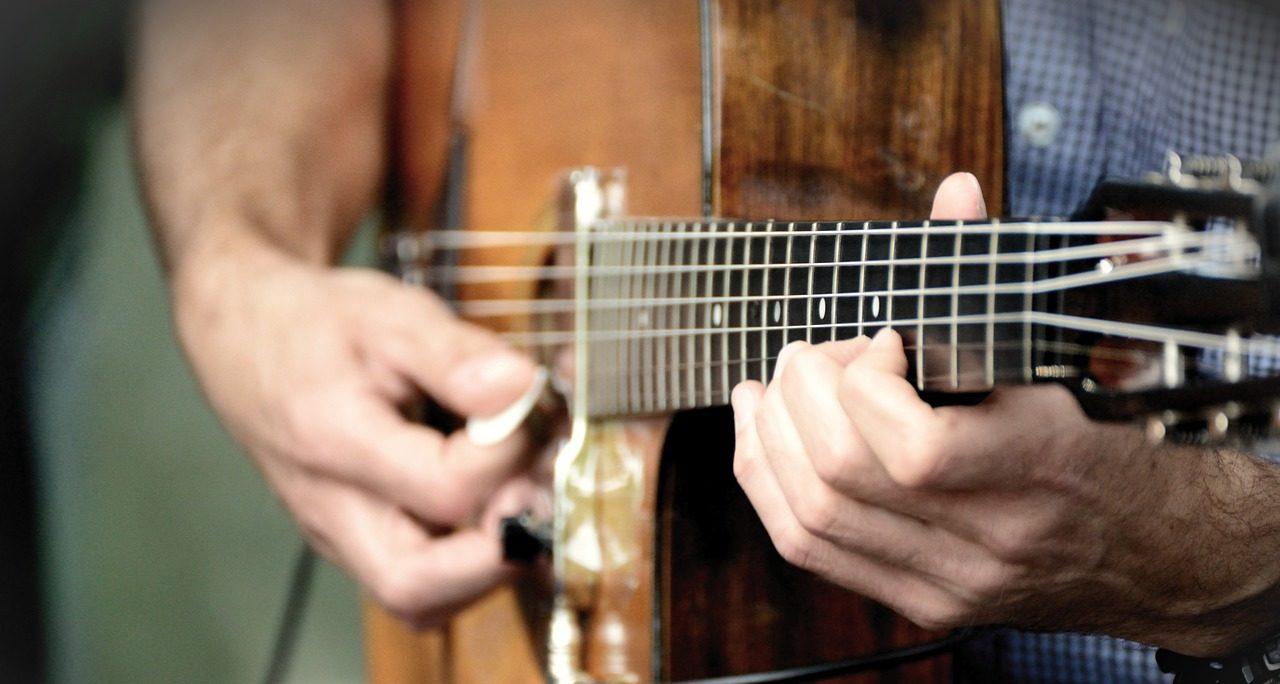 ブルースでアドリブを弾くギタリスト