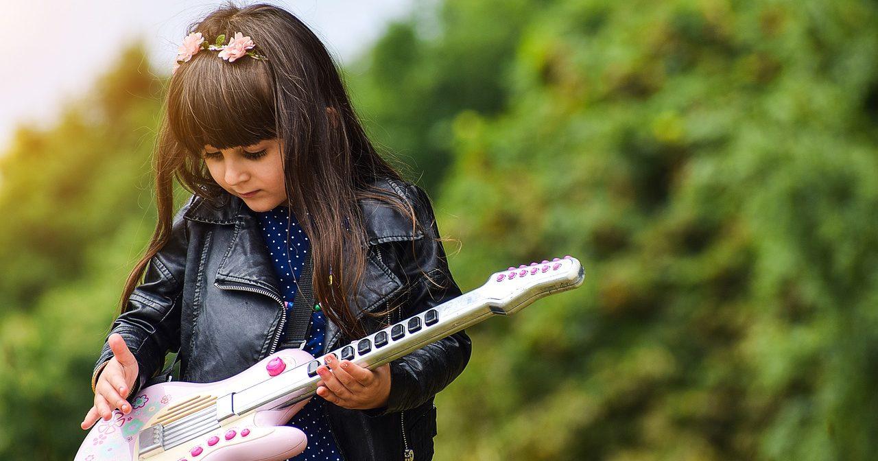 ギターを始めたばかりの少女