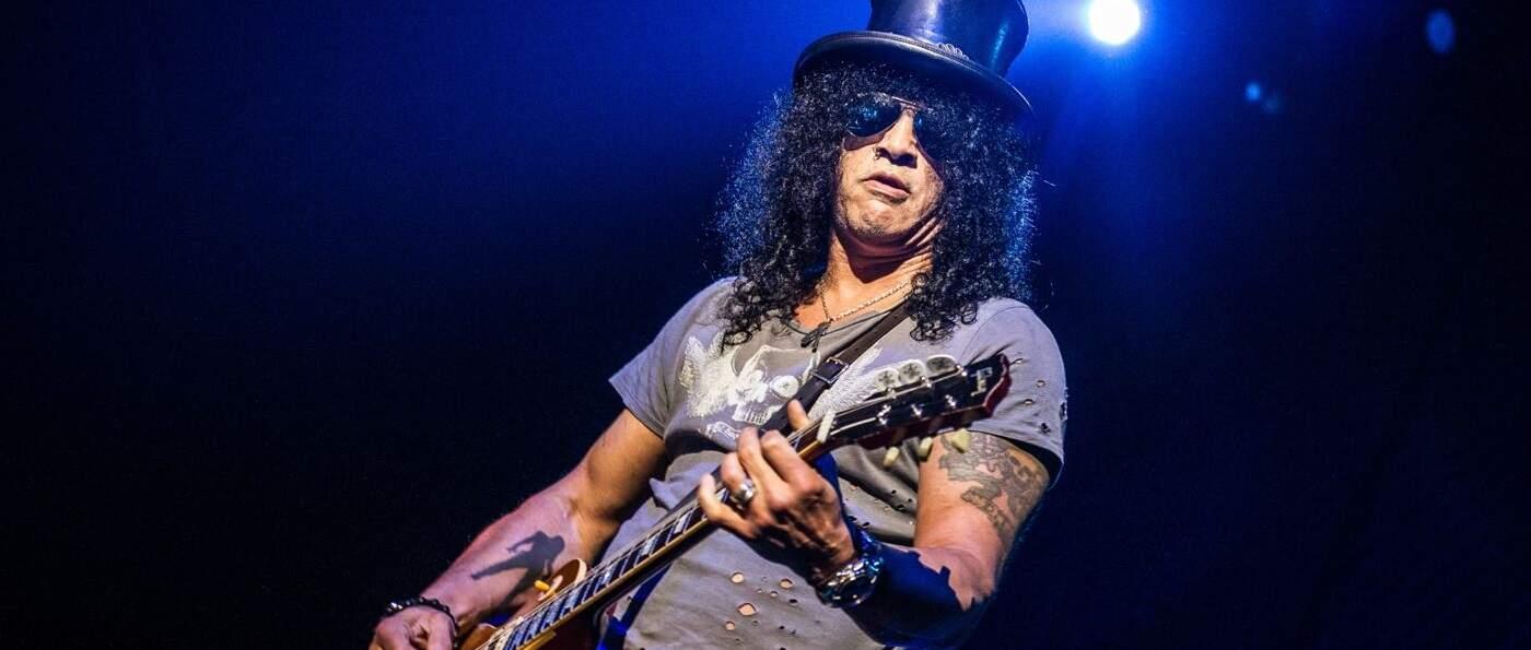 Slash tocando ao vivo