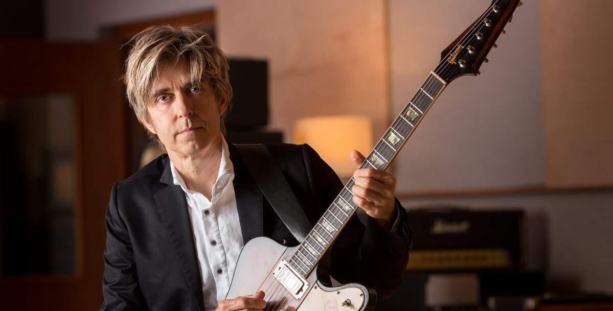 Eric Johnson com uma guitarra Gibson Firebird