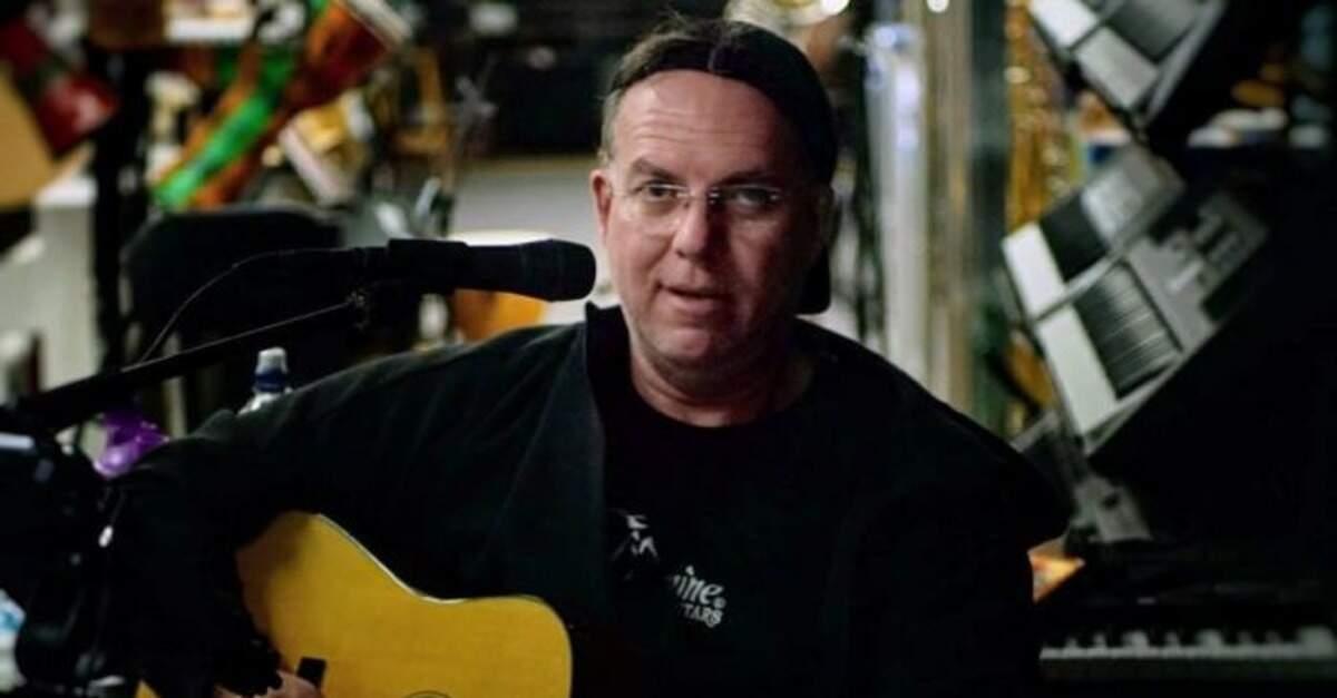 Scott Burford tocando violão