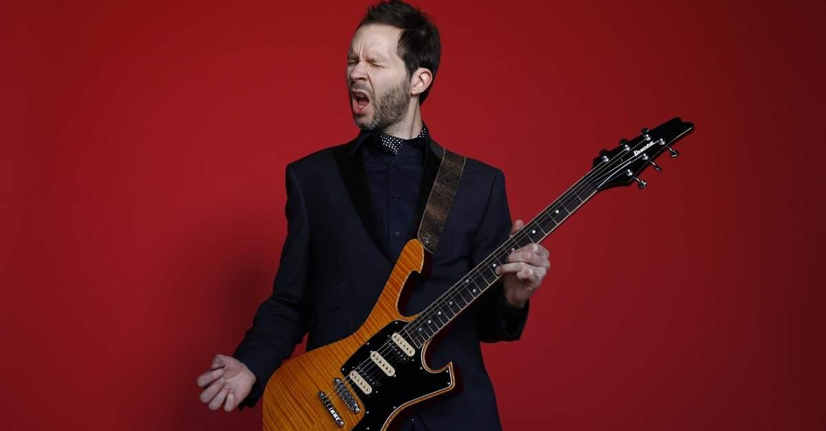 Paul Gilbert tocando guitarra