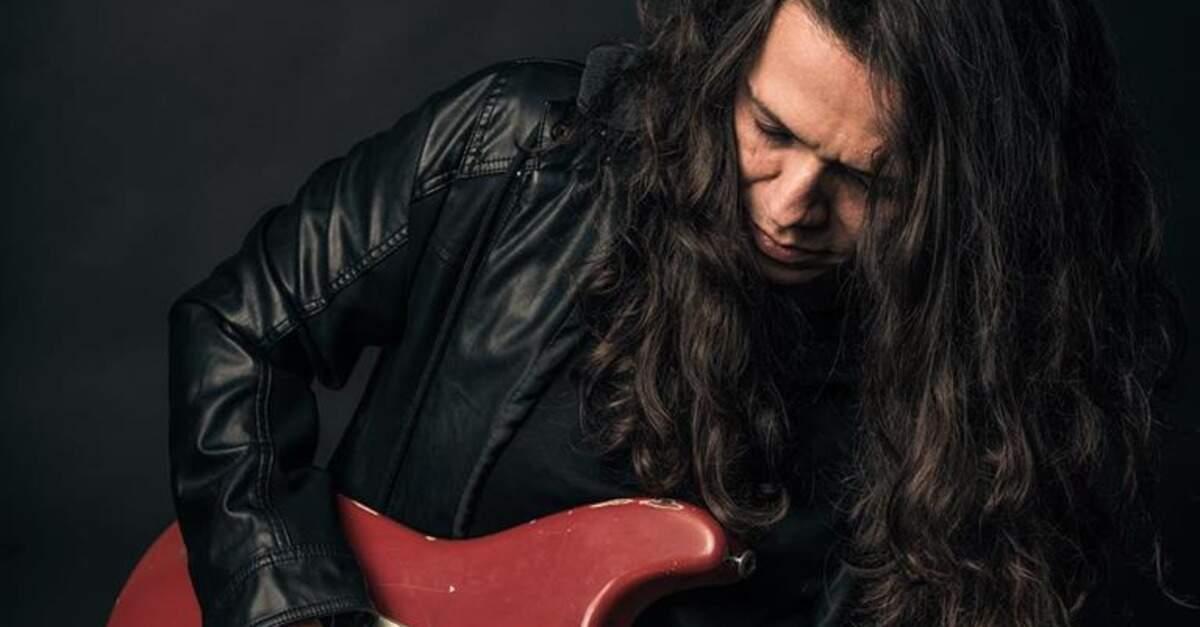 Ricardo Marins tocando guitarra