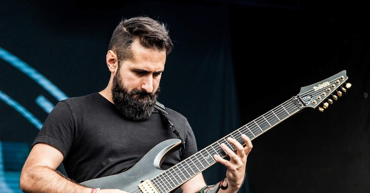 Jake Bowen tocando uma guitarra Ibanez ao vivo