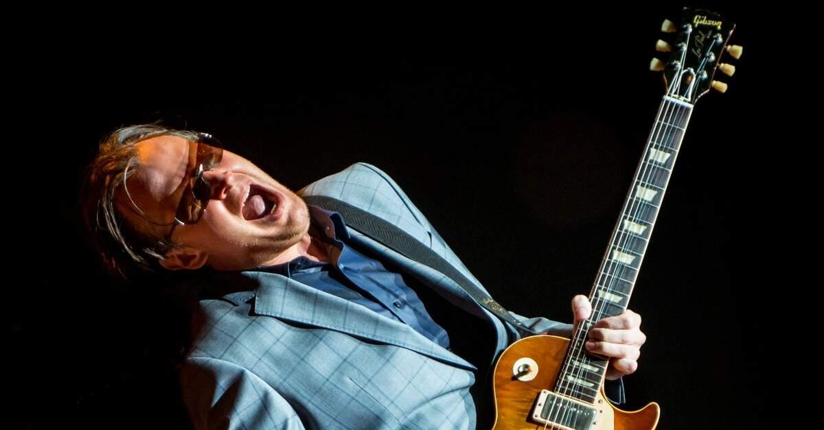 Joe Bonamassa tocando com uma Gibson Les Paul