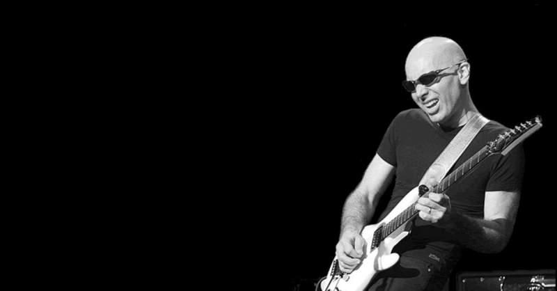 Joe Satriani tocando guitarra ao vivo